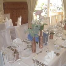 StuhlHussenWorld Tischdekoration mit Blumen und Kerzenleuchter für Hochzeit im Hotel Aschbacher Hof in Aschbach