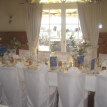 StuhlHussenWorld Dekoration mit Blumen und Kerzenleuchter für Hochzeit im Hotel Aschbacher Hof in Aschbach