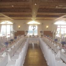 StuhlHussenWorld Dekoration mit Blumen und hohen Kerzenleuchter für Hochzeit im Hotel Aschbacher Hof in Aschbach