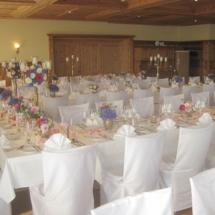 StuhlHussenWorld Dekoration mit hohen Kerzenleuchter für Hochzeit im Hotel Aschbacher Hof in Aschbach