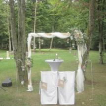 StuhlHussenWorld Hochzeit Freie Trauung Braut und Bräutigam hinterm Stadl des Waldhaus zur alten Tram in Strasslach