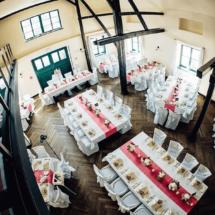 StuhlHussenWorld Weisse Stuhlhussen mit rotem Tischläufer